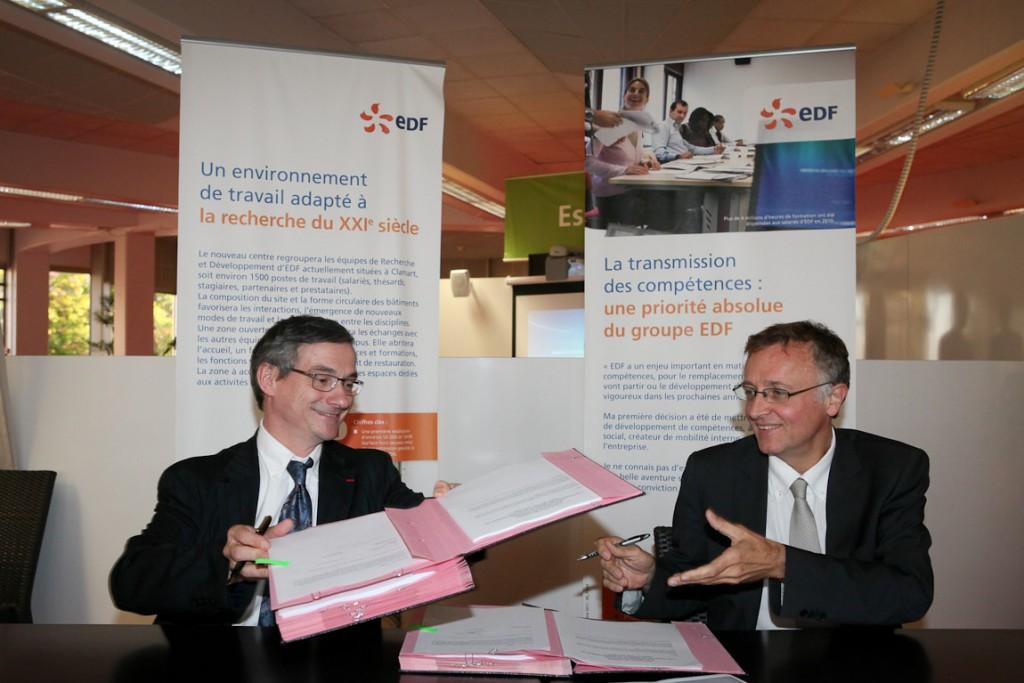 Bernard Salha, Directeur de la R&D d'EDF, et Yves Poilane, Directeur de Télécom ParisTech, signent la convention le 28 septembre 2012